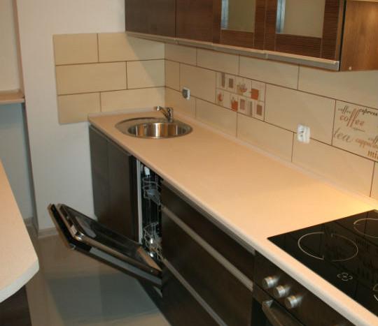 Wyposażona kuchnia: zmywarka, piekarnik, okap, płyta ceramiczna, liczne szafki
